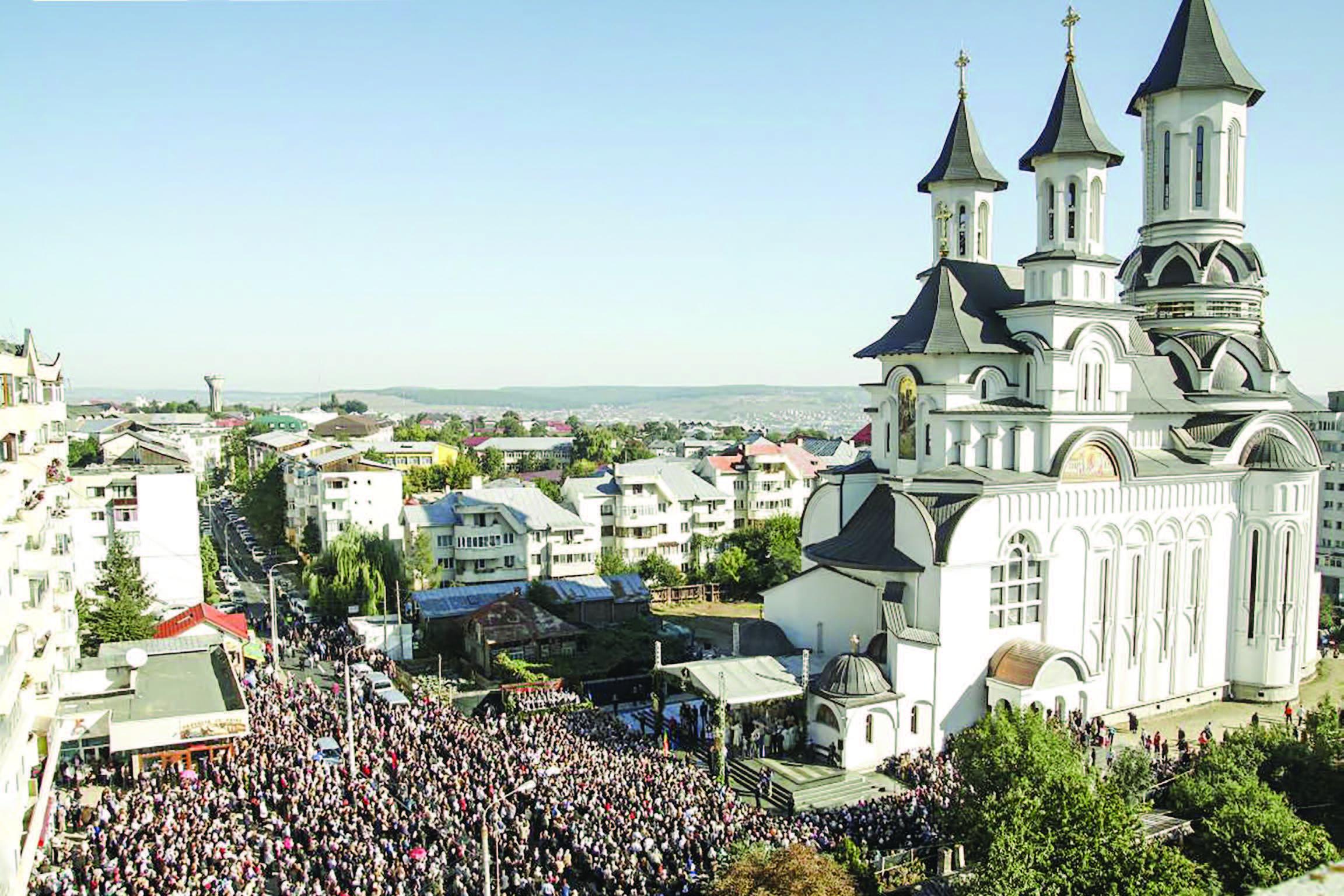 10.000 de credincioşi şi 4 ierarhi la sfinţirea catedralei din Suceava